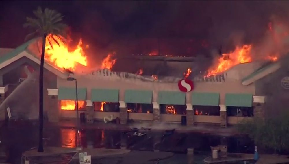 Un incendio arrasa un supermercado de Arizona