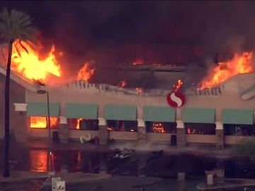 Un incendio arrasa un supermercado de Arizona