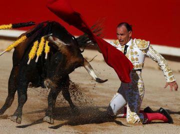 El diestro Pepín Liria da un pase a su primer toro