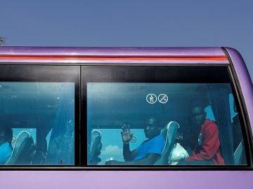 Imagen del autobús que traslada a los migrantes del Aquarius