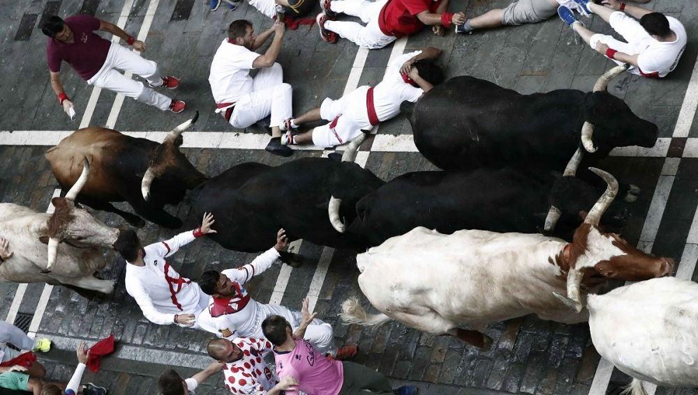 Imagen del sexto encierro de San Fermín con los toros de Victoriano del Río