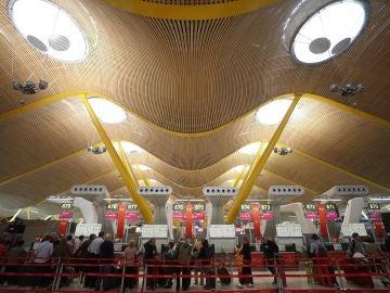Colas en los mostradores de facturación y controles de seguridad en el aeropuerto Madrid-Barajas
