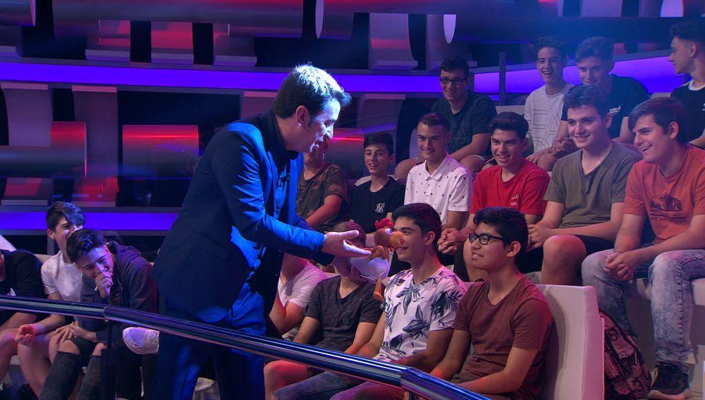 Arturo Valls rodeado de millennials del público de '¡Ahora Caigo!'