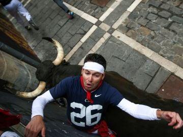 Momento en el que un toro de Jandilla arrolla a un mozo
