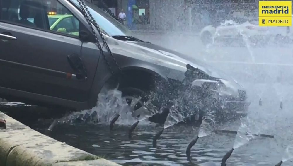 Un conductor pierde el control de su coche y se empotra contra la fuente de la glorieta de Embajadores