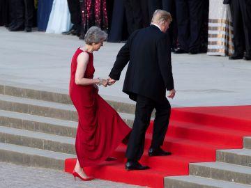 Theresa May y Donald Trump llegan de la mano a una cena en Reino Unido