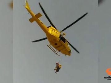Un helicóptero tiene que rescatar a un hombre que se había precipitado en la ladera del Castillo de Santa Bárbara
