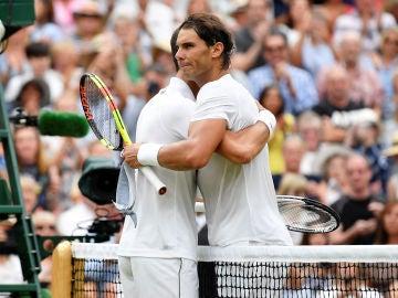 Nadal se abraza con Djokovic