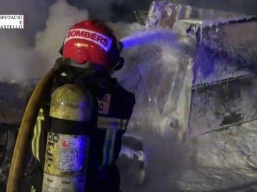 Fallece un camionero al volcar su vehículo y posteriormente incendiarse
