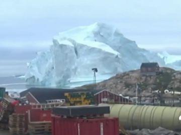 Alertan de un posible tsunami en Groenlandia tras la rotura de un enorme iceberg