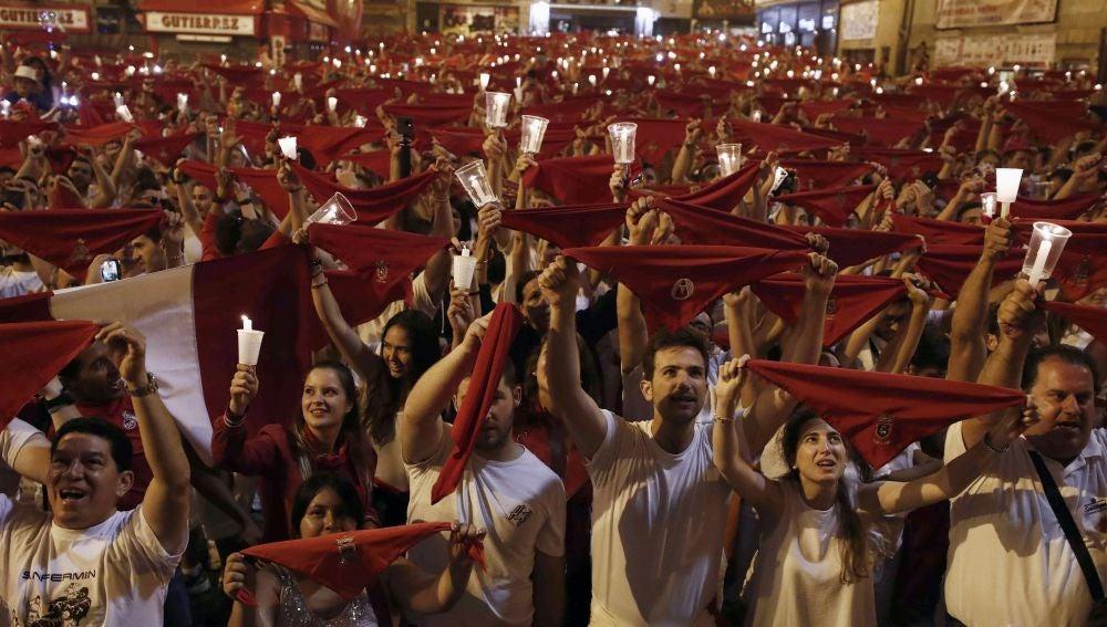 Decenas de personas entonan el 'Pobre de mí' en Pamplona