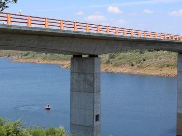 Buscan a un hombre que se precipitó al agua desde un puente en la presa de Irueña