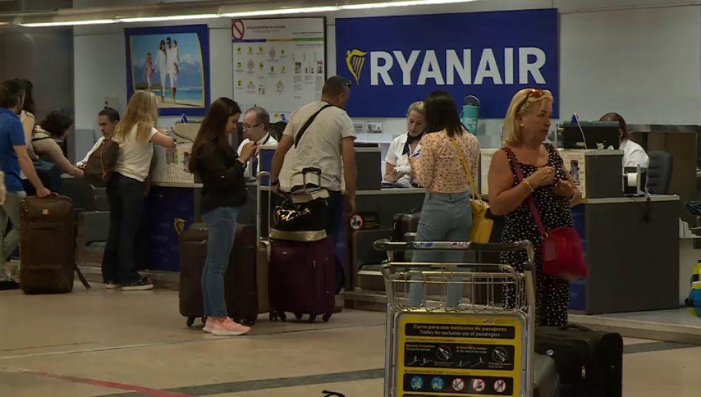 Ryanair amenaza con despidos y con reducir vuelos invernales si continúan las huelgas