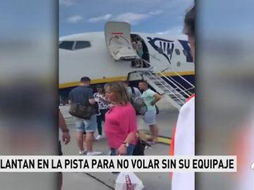 Unos pasajeros de Ryanair bajan a la pista para intentar impedir su despegue por impedir llevar sus maletas con sobrepeso