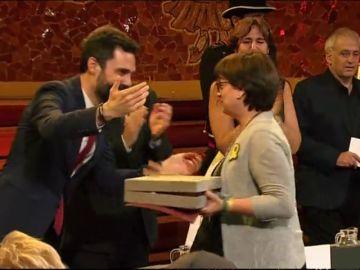 """Puigdemont interviene en la entrega de las Cruces de San Jordi: """"Los políticos presos no daremos ni un paso atrás"""""""