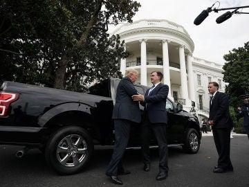 El presidente estadounidense Donald Trump habla con el vicepresidente de Ford Motor Company, Curt Magleby
