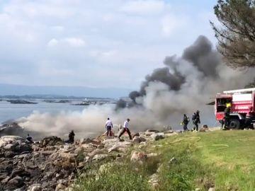 Al menos dos heridos graves al incendiarse un barco con 51 personas a bordo tras chocar contra una batea en Pontevedra
