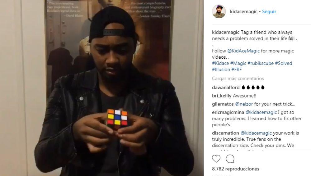 Mago haciendo un truco con el Cubo de Rubik