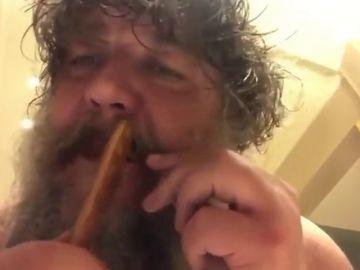 Russell Crowe revoluciona las redes sociales con un vídeo en el que se peina la barba