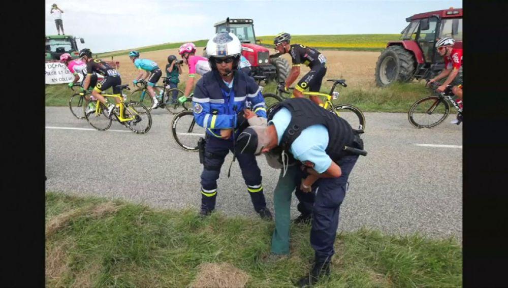 Una manifestación de agricultores interrumpe la etapa del Tour de Francia