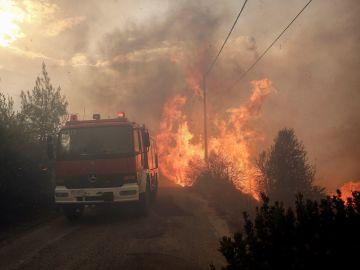 Un camión de Bomberos en las labores de extinción de un incendio cerca de Atenas