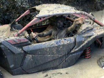 Diego Costa aprovecha sus vacaciones ¡Montando en buggy!