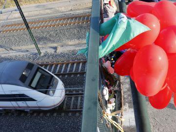 Un tren pasa a la misma hora donde hace cinco años fallecieron 81 personas