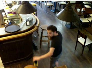 Una hostelera sube a Facebook un vídeo en el que se ve como un cliente le roba el móvil
