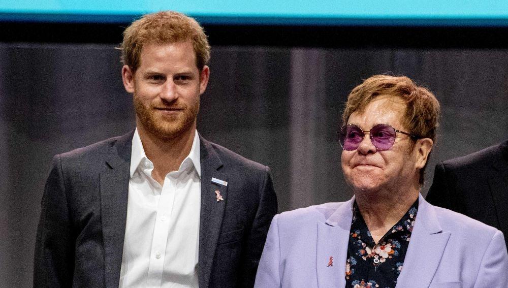 El príncipe británico Enrique y el cantante británico Elton John durante un acto sobre el sida en Ámsterdam
