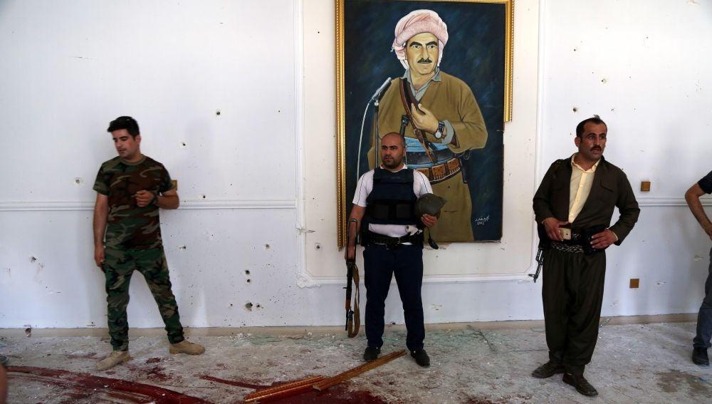 Agentes de seguridad inspeccionan un edificio gubernamental en Erbil
