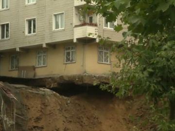 Se derrumba un edifico de Turquía por las fuertes tormentas