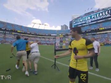 Pulisic, jugador del Dortmund, se encaró con un miembro de seguridad por un niño