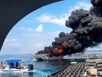 Incendio de un catamarán en Galicia