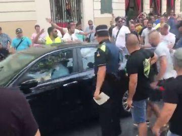 Los taxistas que se manifiestan en Barcelona confunden un vehículo del servicio privado de un hotel con un VTC y le lanzan objetos y patadas