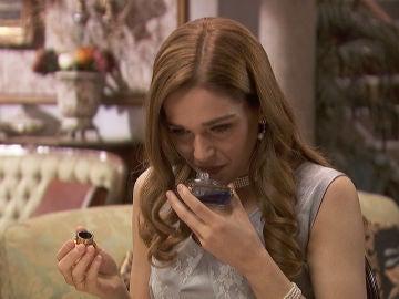 Fernando regala un perfume a Julieta ante la presencia de Prudencio