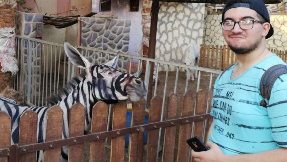 Imagen del chico con el animal