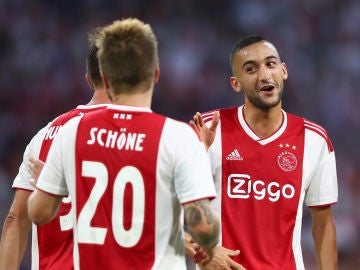 Jugadores del Ajax celebran un gol