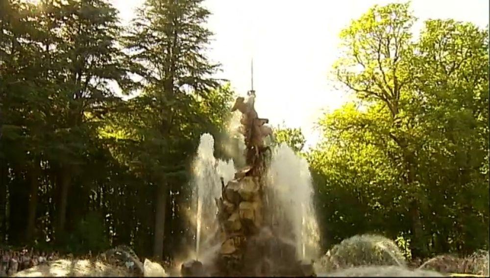 Varias fuentes de La Granja de San Ildefonso se encienden a la vez para celebrar el día de Santiago Apóstol