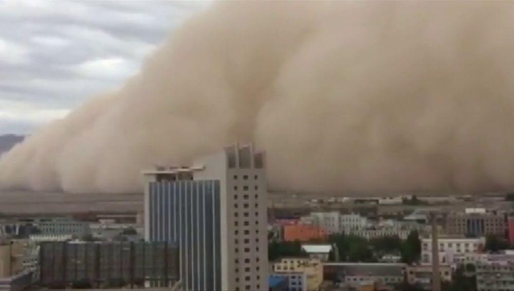 Una espectacular tormenta de arena envuelve la ciudad de Golmud