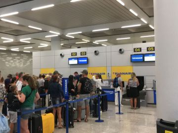Mostrador de facturación de equipaje de Ryanair en el aeropuerto de Palma.