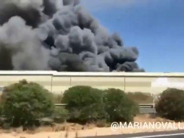 Un incendio en Dos Hermanas provoca una gran columna de humo que se ve desde Sevilla