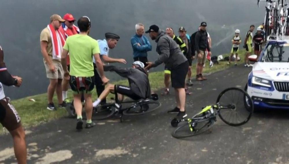Un gendarme tira a Chris Froome de la bicicleta al confundirle con un aficionado