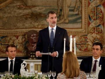 El rey Felipe VI , junto al presidente de Francia, Emmanuel Macron (i), y el presidente del Gobierno español, Pedro Sánchez (d)