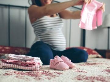 Embarazada mirando ropita