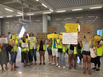 Trabajadores de Ryanair protestan en el aeropuerto de Palma.