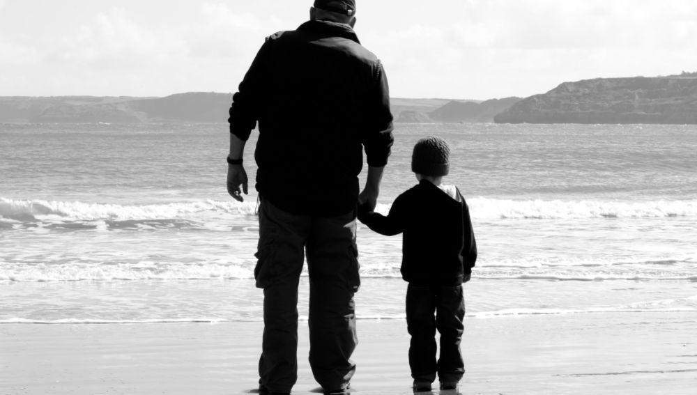 Imagen de un abuelo con su nieto en la playa