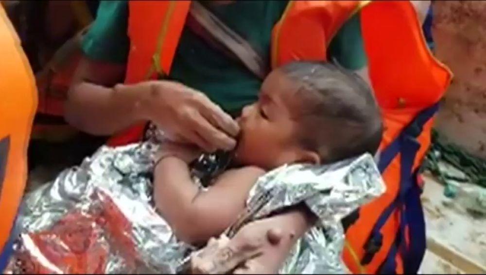 Rescatistas de Tailandia y Laos ayudan a evacuar a bebés de las zonas inundadas tras estallar una presa de agua