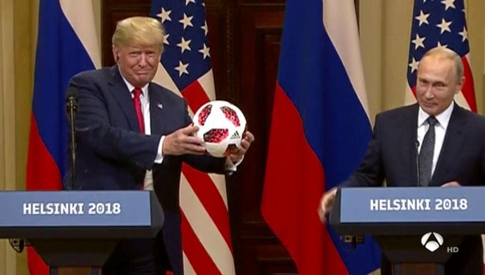 Un balón de Mundial que Trump recibió como regalo de Putin desata la polémica