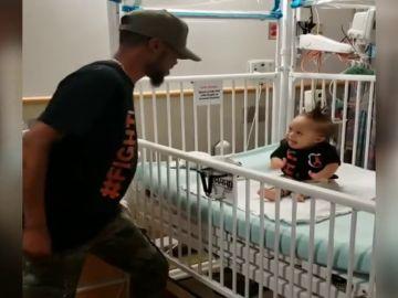 Épico baile de 'Level Up' de un padre para celebrar que su bebé deja el hospital tras su primera sesión de quimioterapia