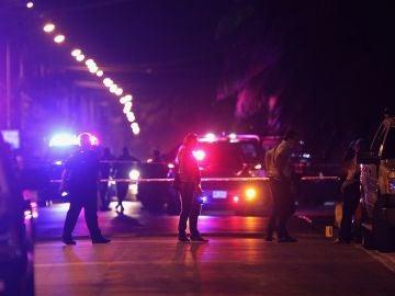 Policías federales resguardan la zona del tiroteo entre policías y criminales en Cancún